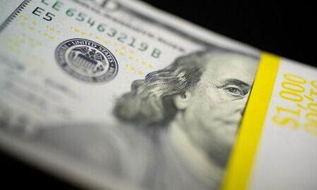 کاهش نرخ خرید و فروش دلار در آغاز هفته
