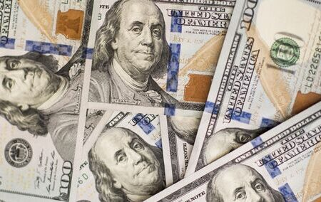 چرا سرمایهگذاری در دلار با ریسک بالا همراه است؟