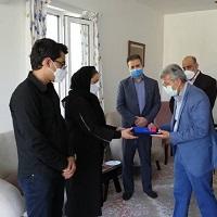 دیدار معاون شعب بانک ملی ایران با خانواده همکار جانباخته در اثر کرونا